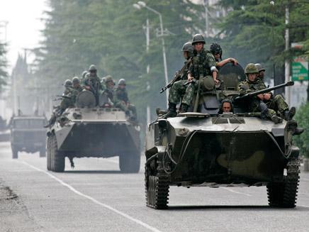 כוחות רוסיים פולשים לגאורגיה (צילום: רויטרס)