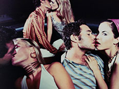 שלושה זוגות מתנשקים (צילום: Karan Kapoor, GettyImages IL)