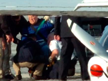 """ג'ון """"איוון"""" דמניוק מועבר למטוס (צילום: רויטרס)"""
