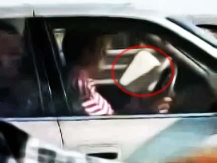 נהג קורא בזמן הנהיגה (צילום: חדשות 2)