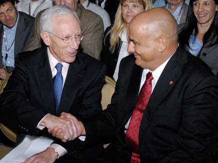 סטנלי פישר ודני דנקנר לוחצים ידיים בוועידת גלובס (צילום: חדשות 2)