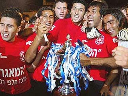 שחקני הפועל רמת גן חוגגים עם הגביע (צילום: מערכת ONE)