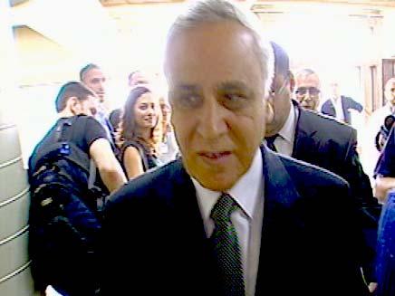 משה קצב הנשיא לשעבר בדרכו החוצה מבית המשפט (צילום: חדשות 2)