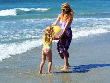אם ובתה בים (צילום: John Foxx, GettyImages IL)
