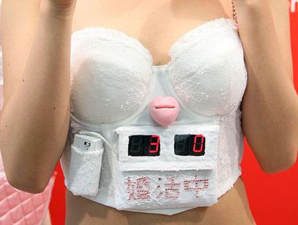 חזיה עם שעון זמן ביולוגי של טריומף (צילום: Junko Kimura, GettyImages IL)