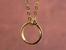 טבעת על שרשרת- איך יודעים אם זה בן או בת? (צילום: Scott Rothstein, Istock)