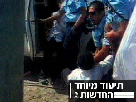 תיעוד מיוחד, שוטרים מכים ילד תלמיד ישיבה (צילום: חדשות 2)
