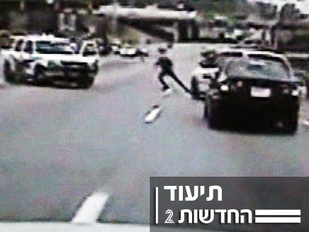 שוטרים מכים חשוד שאיבד את ההכרה (צילום: חדשות 2)