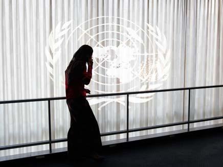 """אשה מדברת בטלפון בבניין האו""""ם (צילום: רויטרס)"""