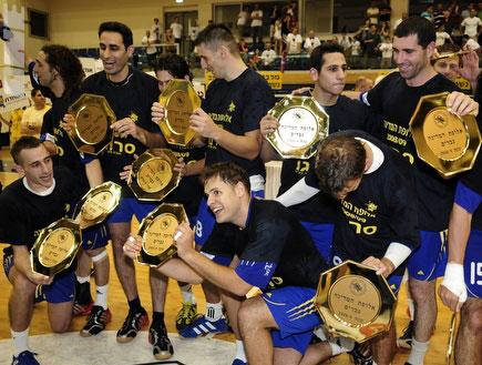 שחקני מכבי ראשון לציון עם צלחת האליפות (צילום: אלעד ירקון, מערכת ONE)