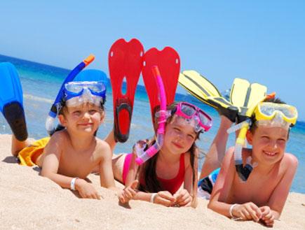 ילדים בים (צילום: MaszaS, Istock)
