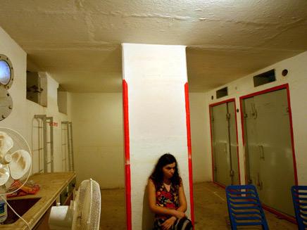 צעירה ישראלית במקלט בכרמיאל (צילום: רויטרס)
