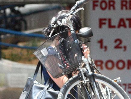 שפרה קורנפלד רוכבת על אופניים, פפראצי (צילום: אורי אליהו)