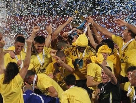 """שחקני בית""""ר ירושלים מניפים גביע (צילום: עמית מצפה, מערכת ONE)"""