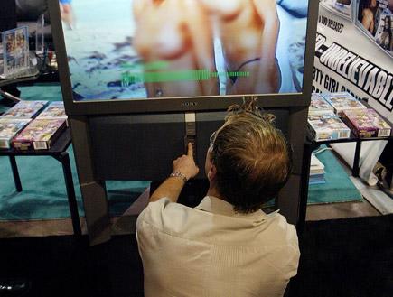 גברים צופים בפורנו (צילום: Justin Sullivan, GettyImages IL)