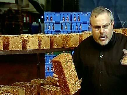 מנחם הורוביץ קונה לחם (צילום: חדשות 2)