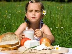ילדה אוכלת מוצרי חלב (צילום: istockphoto)