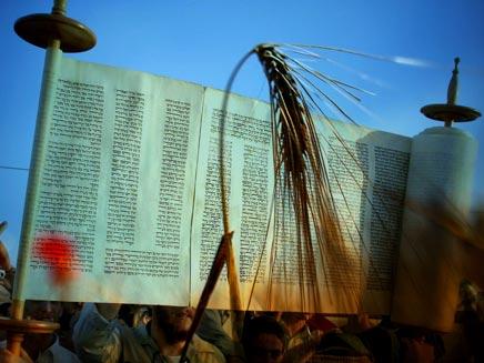 """""""חג מתן התורה לעם ישראל"""" (צילום: רויטרס)"""