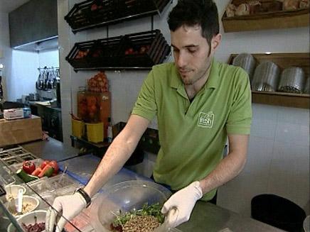 דוכני מזון מהיר מגישים אוכל בריא (צילום: חדשות 2)