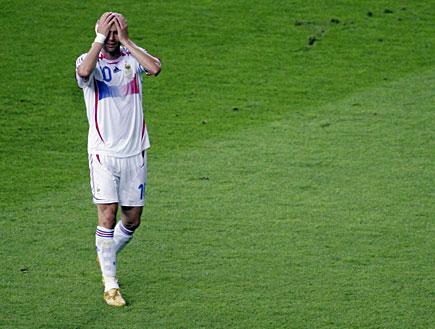 זינאדין זידאן תופס את הראש במדי הנבחרת (צילום: Sandra Behne, GettyImages IL)