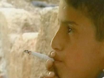 ילד ירדני בן 8 מעשן (צילום: חדשות 2)
