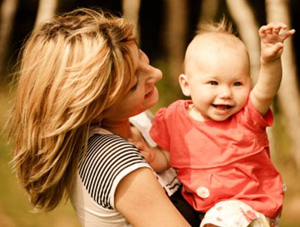 תינוק מושיט ידיים על ידי אימו (צילום: anouchka, Istock)