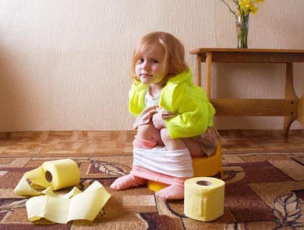 ילדה יושבת על סיר (צילום: Maya23K, Istock)
