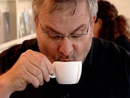 מנחם שותה קפה (צילום: חדשות 2)