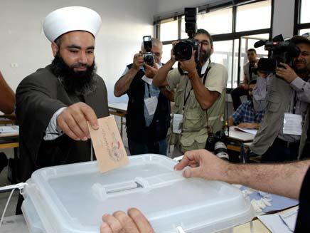 שייח' סוני מצביע בבחירות בלבנון (צילום: רויטרס)