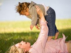 אם מרימה את ילדה באויר- להשאר עד גיל שנתיים עם היל