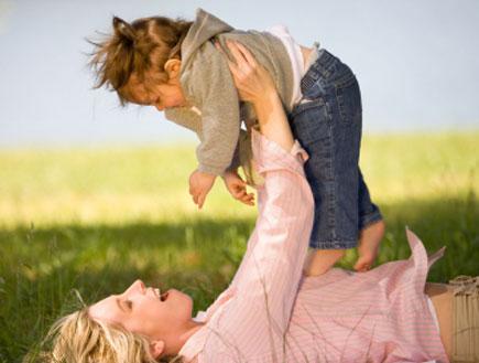 אם מרימה את ילדה באויר- להשאר עד גיל שנתיים עם היל (צילום: paul kline, Istock)