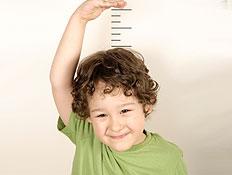ילד מודד גובה- קשר בין תזונה וגובה (צילום: xefstock, Istock)