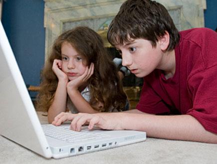ילד מקליד על מחשב נייד (צילום: bonnie jacobs, Istock)