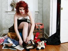 אשה מודדת נעליים (צילום: bobbieo, Istock)