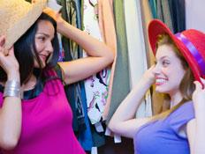 שתי בחורות מודדות כובעים (צילום: paul kline, Istock)