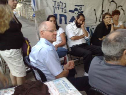 נועם שליט באוהל המחאה מול משרד ראש הממשלה (צילום: יוסי זילברמן)