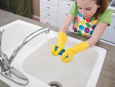 ילדה מנקה כיור מטבח