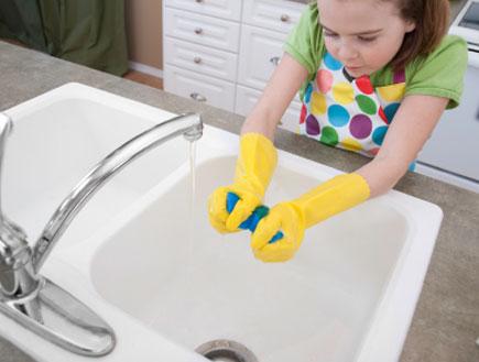 ילדה מנקה כיור מטבח (צילום: carebott, Istock)