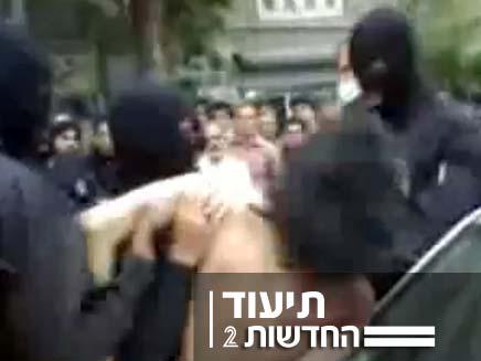 שוטרים רעולי פנים מכים מפגין באירן (צילום: חדשות 2)