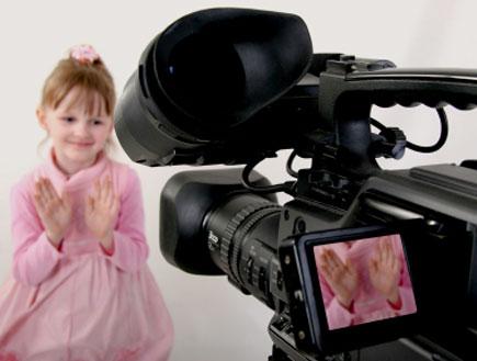 ילדה מול מצלמת וידאו- ילדים בפרסומות (צילום: istockphoto)