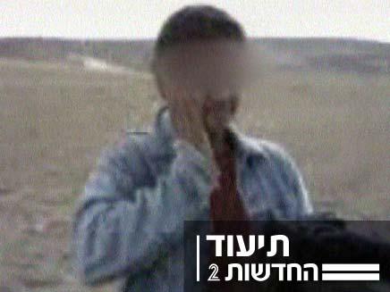 ילד פלסטיני מרביץ לעצמו (צילום: חדשות 2)