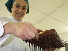 קרינה מכינה פרלינים - בוטיק השוקולד דה קרינה (צילום: רינה נגילה)