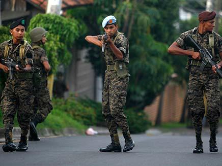 חיילים בהונדורס חוסמים רחוב