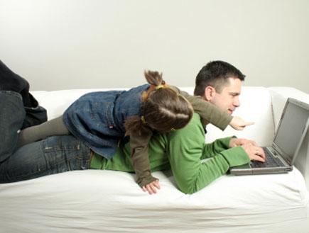 אבא ובת מול מחשב- חיסכון באינטרנט (צילום: dagmar heymans, Istock)
