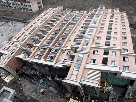 בניין שקרס בשלמותו בסין (צילום: חדשות 2)