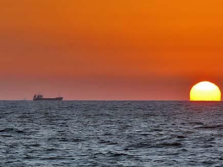 שקיעה במפרץ חיפה. בקרוב המרמרה תשייט שם? (צילום: שי ועקנין)