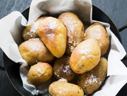 תפוחי אדמה צלויים במחבת (צילום: Foodcollection, GettyImages IL)