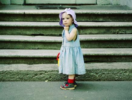 ילד שהוא ילדה עם שמלה (צילום: anouchka, Istock)