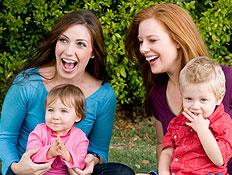 שתי אמהות וילדיהן בגינה