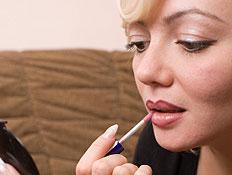 בחורה עם תוחם שפתיים (צילום: 1001slide, Istock)